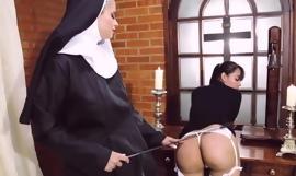 Biarawati sesat kekasih wanita dengan strapon dildo