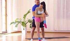 Salles de fitness Billie Star, brune aux gros seins, étirée et baisée par son entraîneur