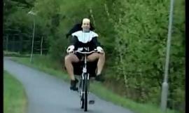 Monja en bike.wmv